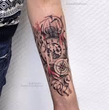 фото мужской татуировки на руке в стиле графика реализм граффити