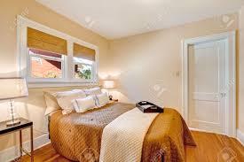 Parete bordeaux camera da letto: calze lunghe righe irregolari