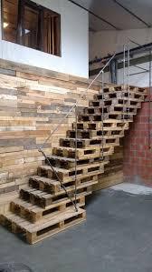Sie sind meist massiv aus steinen oder beton errichtet, können sehr breit sein und benötigen nicht immer geländer oder handläufe. Diy Treppe Aus Paletten Treppe Bauen Palettentreppe Instandhaltungsarbeiten