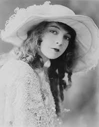 lillian gish with a long and curly hairstyle in the early 1920s