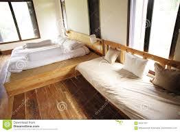 Das Schlafzimmer Hat Ein Hölzernes Bett Und Ein Hölzernes Sofa