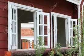 Weiß Holz Fenster Auf Holzhaus Lizenzfreie Fotos Bilder Und Stock