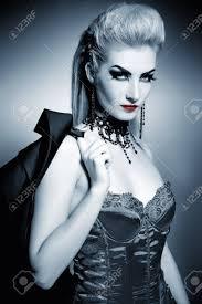 Femme Sexy Gothique Avec La Coiffure Créative