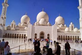 the mosque opens at 9am the mosque is open to public and free of charge the las are required to cover their head shoulders and proper length of a
