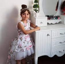 Bé gái xinh đẹp khiến bố mẹ nghỉ việc để giữ con bây giờ ra sao