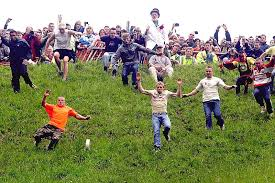 Странные традиции Англичан Традиции и обычаи Великобритании cooper s hill cheese rolling and wake