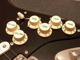 technical information comparison the fender custom shop the fenderacircreg custom shop david gilmour relic black strat s green lettered numbered control knobs in comparison our customized knobs