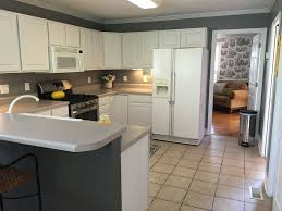 Kitchen Cabinets Knoxville Tn Traditional Kitchen With Breakfast Bar Limestone Tile Floors In