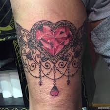 подвязка сердце с кристаллом тату на бедре у девушки добавлено