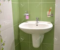 Weiße Waschbecken Seifenbehälter Und Zahnbürste Im Glas In Weiß