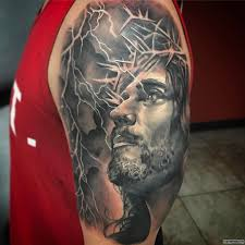 лицо иисуса на фоне молнии тату на плече у парня добавлено иван