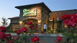 in this may 22 2016 photo patrons enter an olive garden restaurant in short pump va olive garden is hurting itself by piling on too many breadsticks