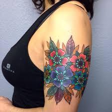 красные и синие цветы у девушки на плече фото татуировок