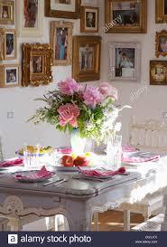 Esszimmer Mit Vase Mit Rosa Rosen Und Laub Auf Grau