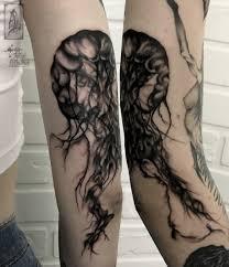 тату черно белая медуза на плече эскиз мастера тату медуза графика