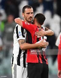 Alessandro Florenzi of AC Milan hugs with Leonardo Bonucci of...  Nachrichtenfoto - Getty Images