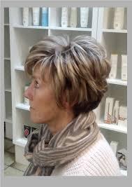 Kort Pittig Dameskapsel Voor Dik Haar Met Blonde Lokken Dames 50