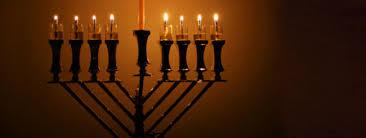 une lumière dans la nuit la ménorah du temple et celle de hanouka hanouka