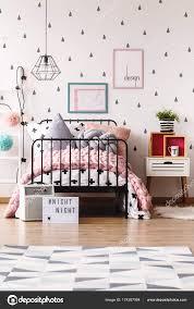 Behang Slaapkamer Bruin Behang In Elegante Slaapkamer Stockfoto