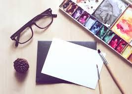 pincel con pintura. espacio de trabajo artista con pincel y pintura en la tarjeta blanco, efecto