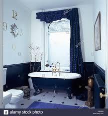 Roll Top Bad Vor Fenster Mit Blauen Profilkranz Und Vorhang Im