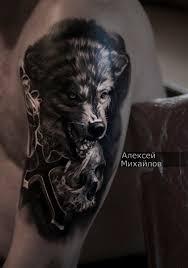 татуировка волк с черепом и крестом в стиле реализм был сделан по