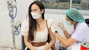 อั้ม พัชราภา ควงพ่อแม่ฉีดวัคซีนโควิดเข็มแรก แฟนๆ ขอให้รีวิวผลหลังฉีด