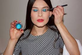 step 3 add the bold blue eyeshadow to your eyelids