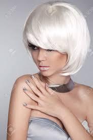 Mode Blond Meisje Portret Van De Schoonheid Van De Vrouw Wit Kort Haar Geïsoleerd Op Een Grijze Achtergrond Gezicht Close Up Gemanicuurde