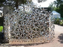 gates to the royal botanic gardens of edinburgh
