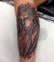 тату шлема спартанца со щитом на голени парня фото рисунки эскизы