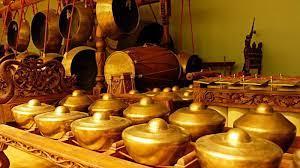 Salah satu alat musik tradisonal yang paling terkenal hingga mendunia adalah gamelan. Gamelan Jawa Pengertian Sejarah Fungsi Dan 10 Alat Musik Gamelan