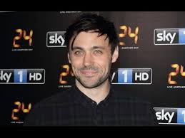 meet once upon a time s king arthur liam garrigan cast as head of the round table for season 5