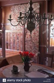Messing Antik Kronleuchter über Tisch Mit Krug Von Roten