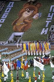 Летние Олимпийские игры Википедия Изображение талисмана московской олимпиады Олимпийского Мишки во время торжественного закрытия xxii летних Олимпийских игр Центральный стадион имени В