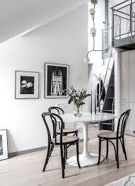 Runder Tisch Mit Klassiker Stühlen Von Thonet Connox