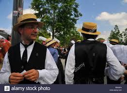 Il francese uomini vestiti in bretone tradizionale costume durante il  Festival di Cornovaglia a Quimper 2008 Brittany Foto stock - Alamy