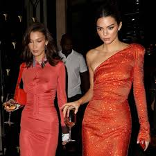 2:43 clevver teve 111 289 просмотров. Kendall Jenner Gives Sexy Bella Hadid A Birthday Kiss E Online