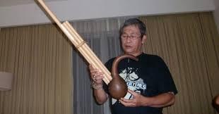 Tradisi penguburan dan upacara adat kematian pada suku bangsa dayak diatur tegas dalam hukum adat. Kledi Alat Musik Tiup Tradisional Khas Suku Dayak