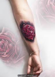тату реалистичная роза в стиле реализм татуировка на руке у девушки