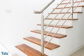 Treppen aus metall sind dank ihrer riffelung oder lochung der stufen ausgesprochen rutschsicher. Treppe Abschleifen Anleitung Mit Tipps Zu Werkzeug Und Kosten Talu De
