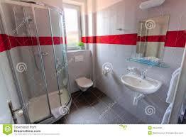 Badezimmer Mit Dusche Und Fenster Stockfoto Bild Von Hotel Dusche