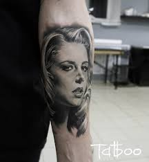 реалистичный портрет девушки на предплечье у мужчины фото татуировок