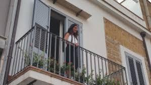Risultati immagini per lei sul balcone lui di sotto