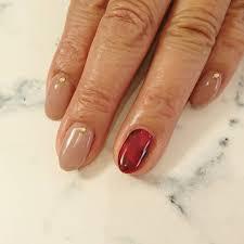 パッと目を惹く冬の赤ネイルシンプルおすすめデザインセルフ
