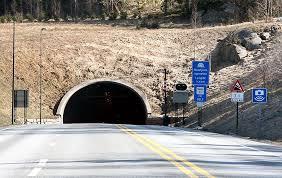 Tunnelen går mellom måna i frogn og verpen i asker, og er en del av oslofjordforbindelsen på europavei 134. Oslofjordtunnelen Stenges Midlertidig For Tunge Kjoretoy Lastebil No