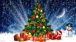 Świąteczna choinka z prezentami i bałwankiem na tle gwieździstego nieba