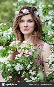 Krásná žena V Květiny Věnec Long Bob účes Make Up Stock