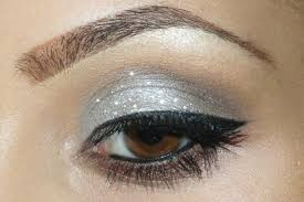 to apply this makeup you will need a primer concealer cream based silver eyeshadow black eyeliner highlighter mascara and an eyeshadow brush