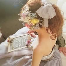 お洒落花嫁さんの間で流行中ポニーテールにチュールリボンお花を